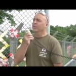 基地のフェンスのテープを剥がす清掃活動「フェンス クリーン プロジェクト」